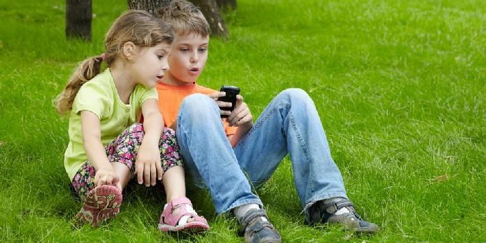 Onde elettromagnetiche e bambini: i telefonini andrebbero vietati prima dei 10 anni