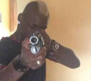 Balotelli punta un fucile