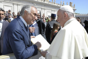 Nella foto (anche in allegato), il professor Antonio Corcione consegna a Papa Francesco l'Impegno contro il dolore dei medici italiani.