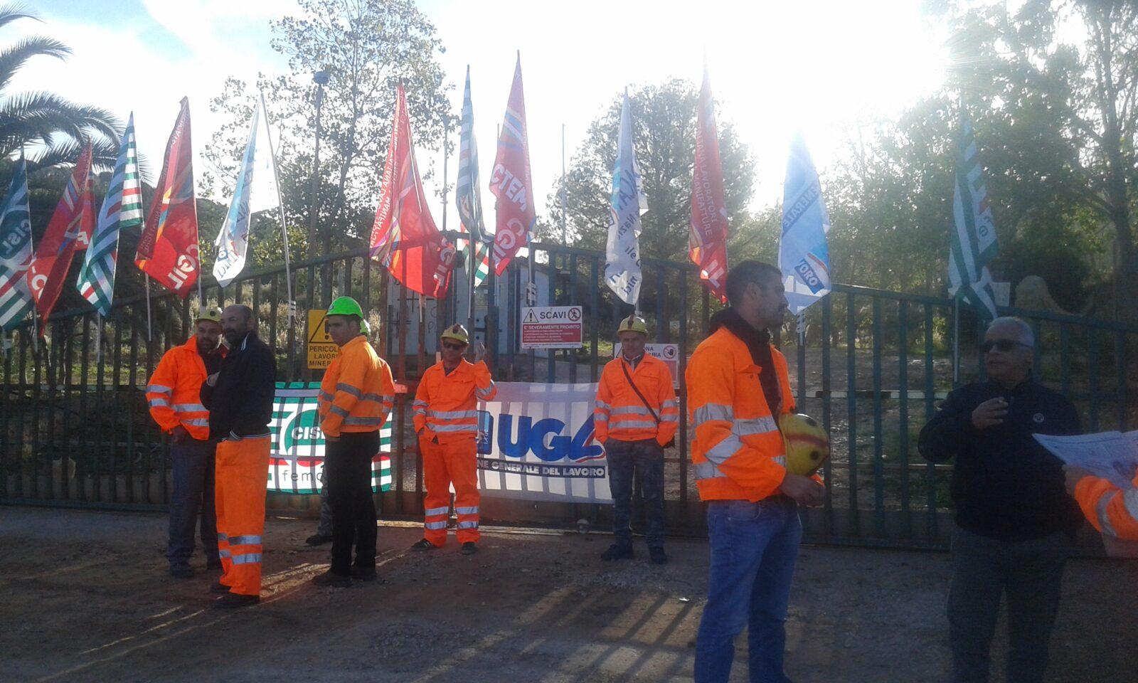 Filtcem-Cgil, Femca-Cisl e Ugl-Chimici nel corso del sit-in all'esterno dei cancelli della Miniera di bauxite di Olmedo