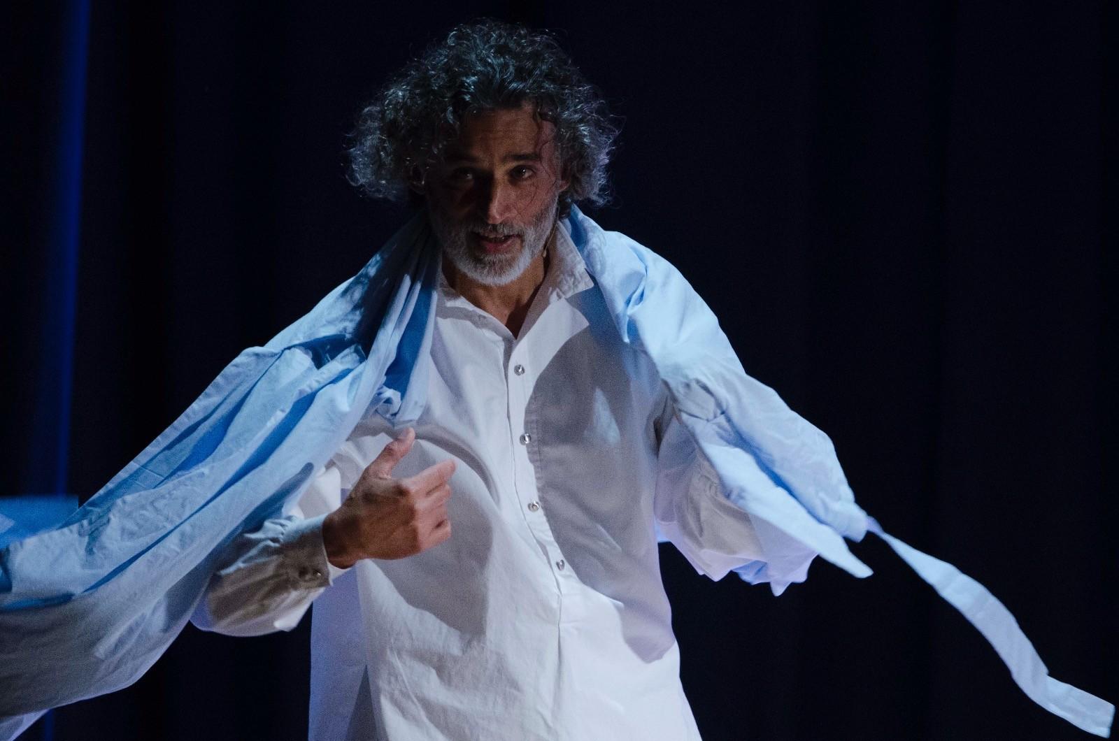 Foto Enrico Lo Verso in scena in Uno Nessuno e Centomila
