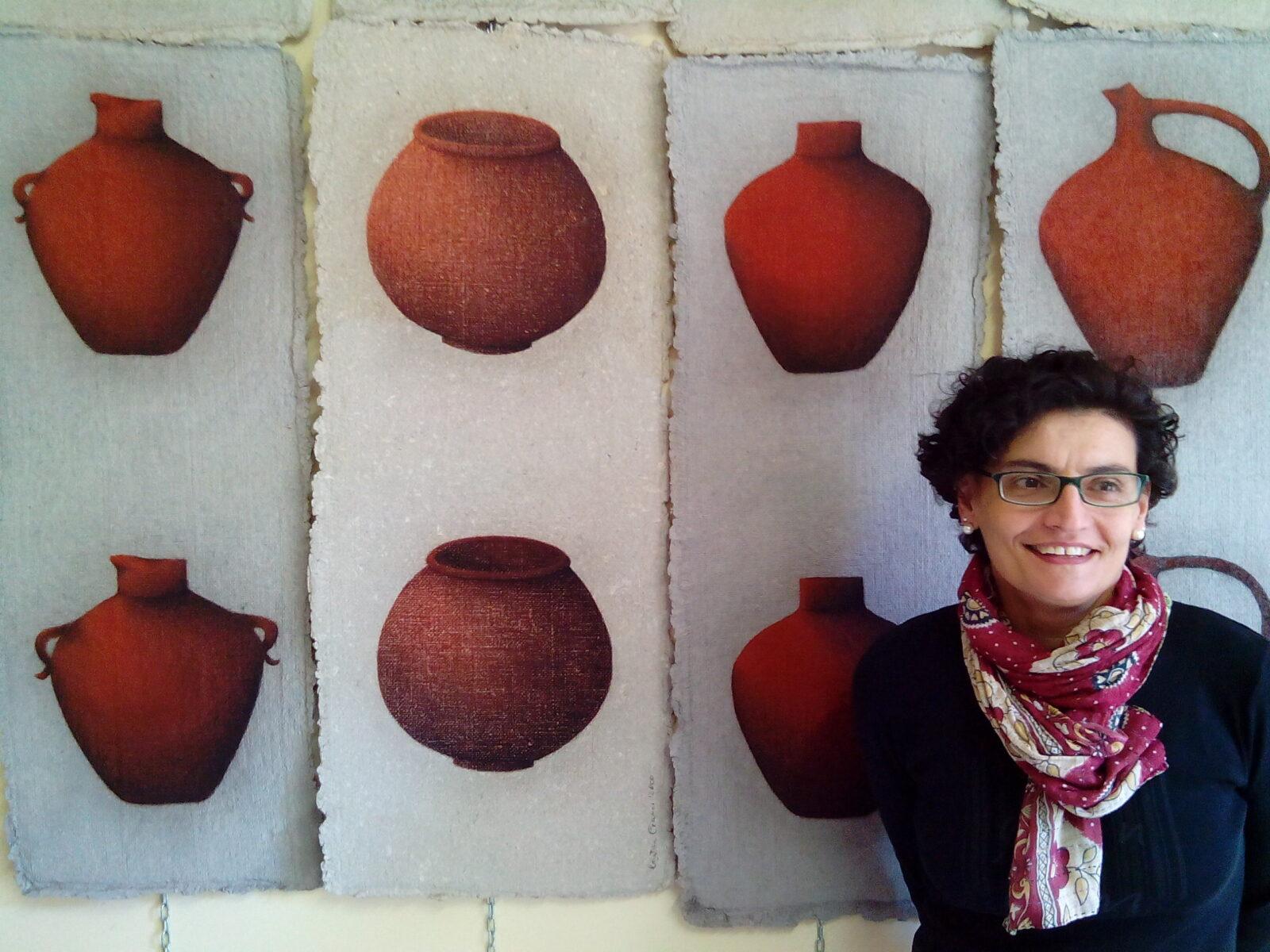 L'artista Cristina Cianci con alcune opere in mostra da Etra Home Gallery