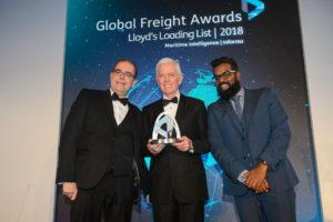 da sinistra verso destra: Scott Reeves, Direttore di NMT International Shipping Ltd., Roy Postlethwaite, Amministratore Delegato di Grimaldi Agencies UK Ltd., Romesh Ranganathan, comico, attore e presentatore dei Global Freight Awards 2018.