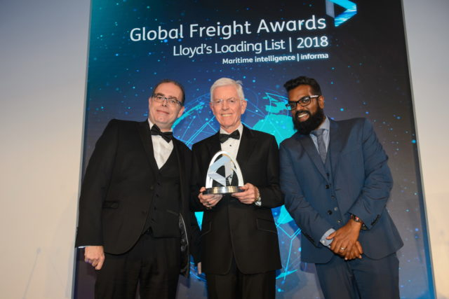 da sinistra verso destra: Scott Reeves, Direttore di NMT International Shipping Ltd., Roy Postlethwaite, Amministratore Delegato di Grimaldi Agencies UK Ltd., Romesh Ranganathan, comico, attore e presentatore dei Global Freight Awards 2018.