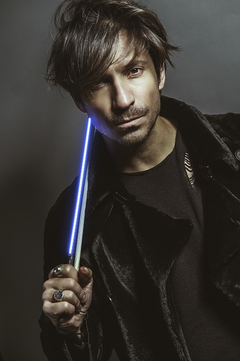 Il musicista Andrea Casta, violinista elettrico